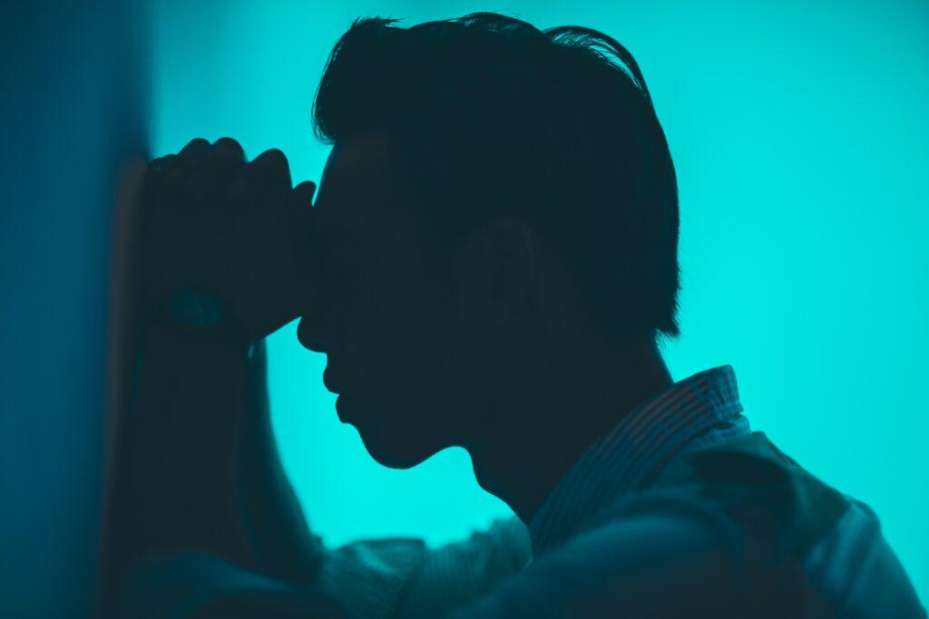 ból, mężczyzna, niebieskie tło