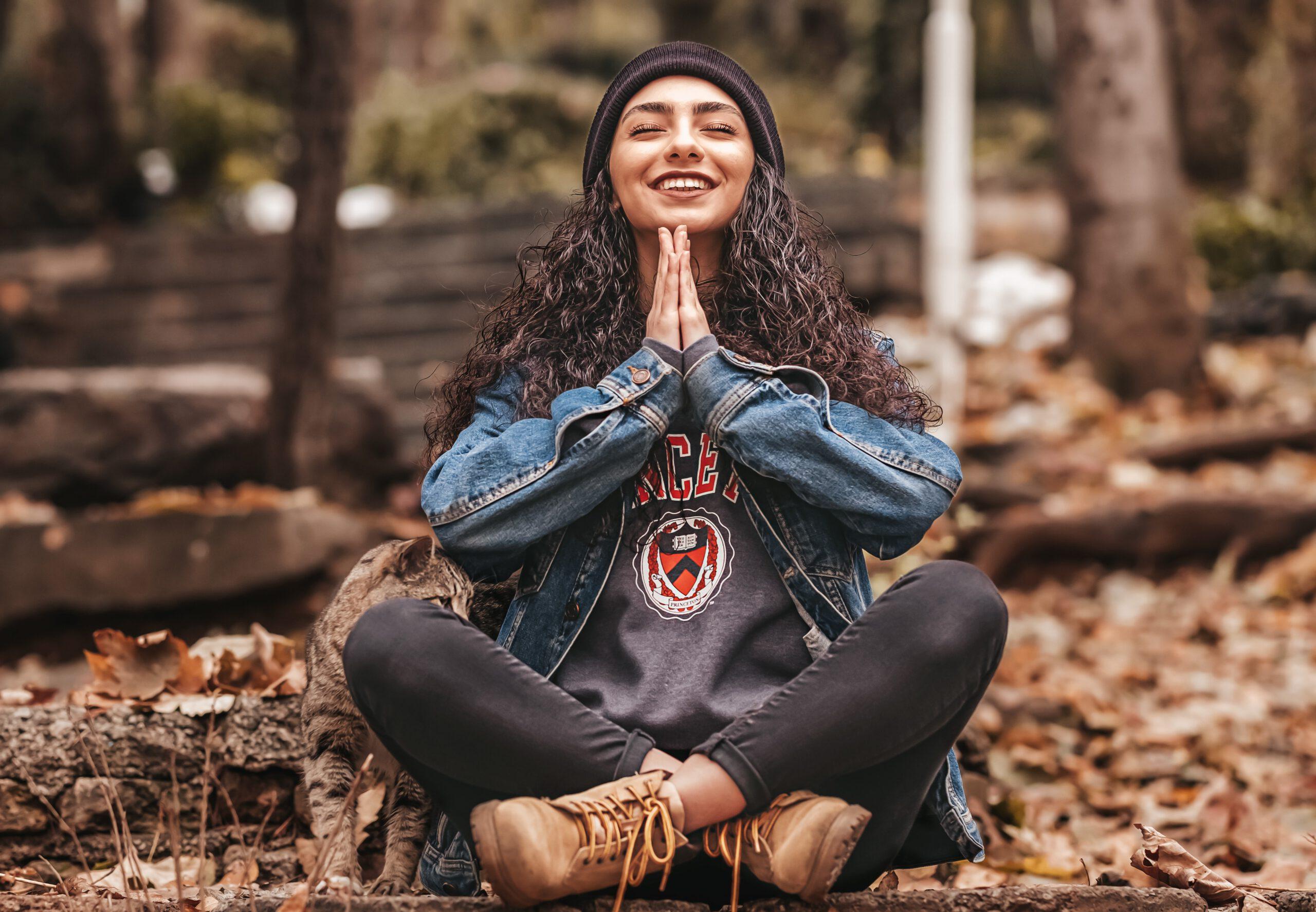 medytująca kobieta w lesie
